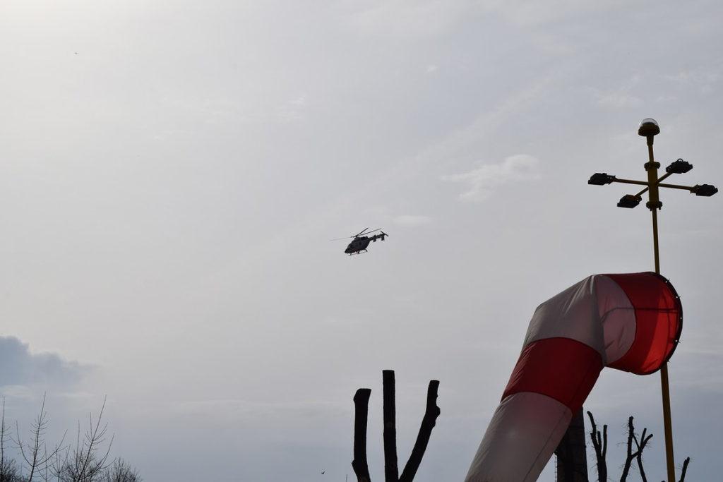 """Вертолет """"Ансат"""" возвращается с пострадавшим на борту"""