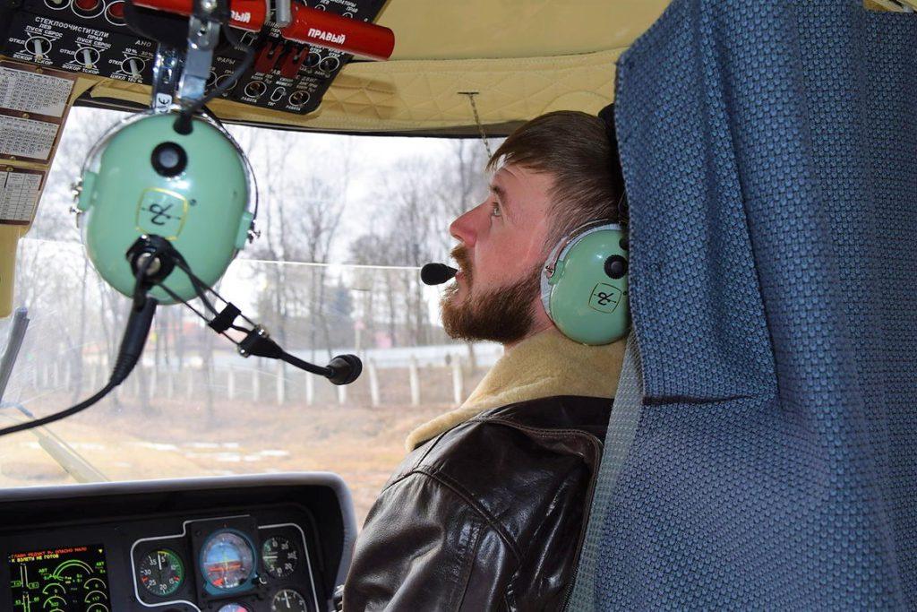 """Пилоты вертолета """"Ансат"""" готовятся к взлету"""