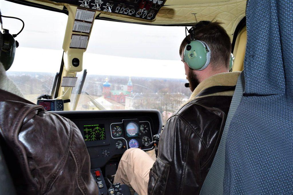 Вертолет осуществляет набор высоты