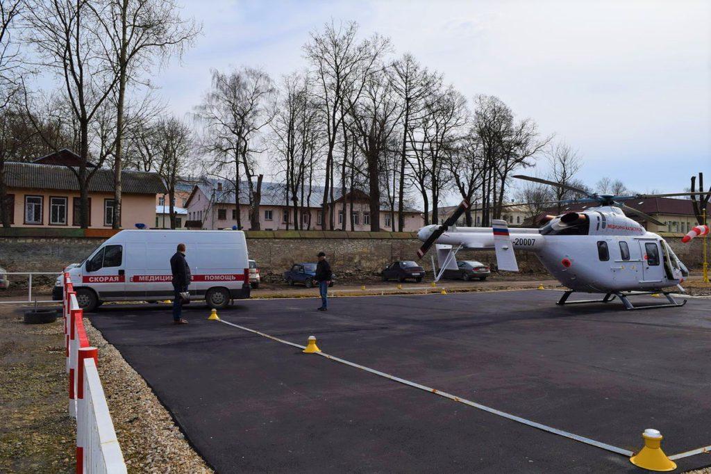 Карета скорой помощи Псковской областной клинической больницы готовится принять больного